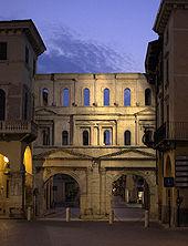 La romana Porta Borsari vista dall'esterno