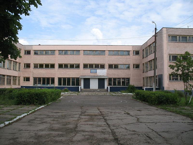 File:Posyolok Kievskiy (view to school main entrance).JPG