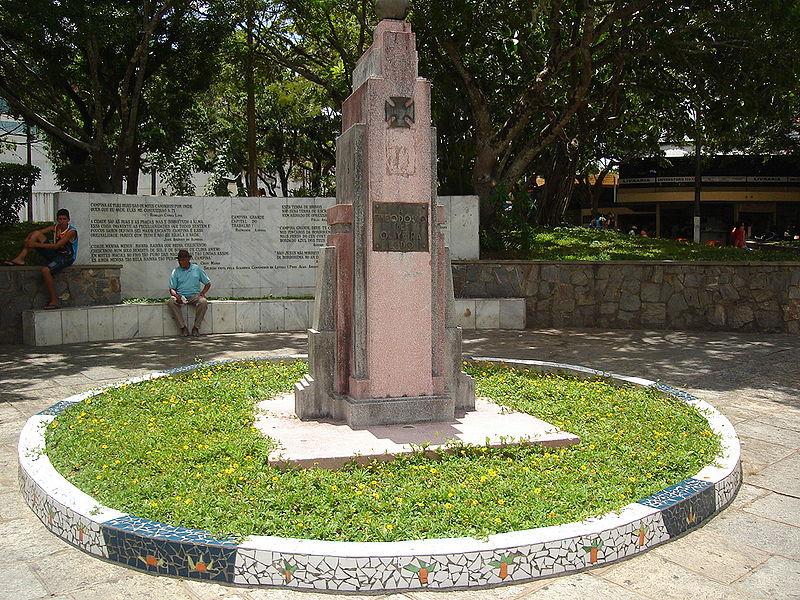 Ficheiro:Praça Clementino Procópio - Monumento à Teodósio de Oliveira Lêdo.jpg