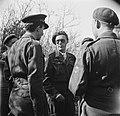 Prins Bernhard in gesprek met militairen, Bestanddeelnr 900-2515.jpg