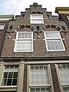 foto van Pand met trapgevel van het Dordtse type met muurijzers en in het zoldervenster roedenverdeling stijl