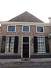 foto van Huis met gepleisterde lijstgevel parterre met zolderverdieping