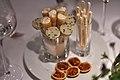 Restaurant Le Jardin des Sens Småkager med karamel og jordnødder, marengsstænger, sprøde pandekager med flødeskum og slikkepinde af grøn te og sesam (5480974533).jpg