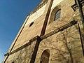 Südwestfassade romanisch St. Michael Pforzheim mit Fries (Tierdastellung) und Sonnenuhr.jpg