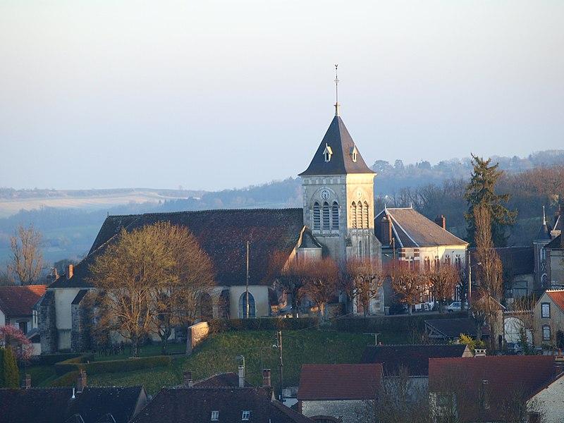 Saint-Aubin-Chateau-Neuf (Yonne, France), l'église vue du nord depuis la rue Chaude (D219)