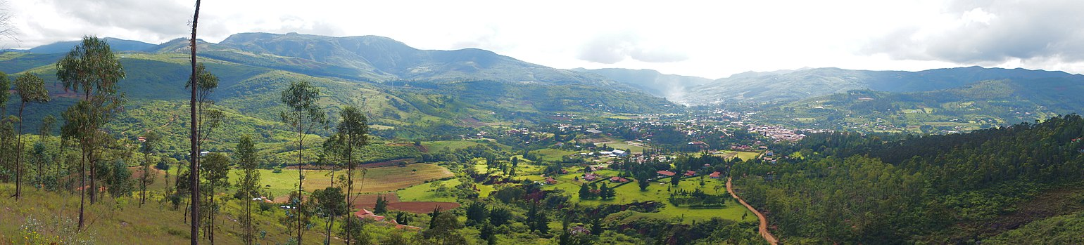 A view from the mountain in El Sauce overlooking Samaipata, Bolivia Samaipata, Bolivia.jpg