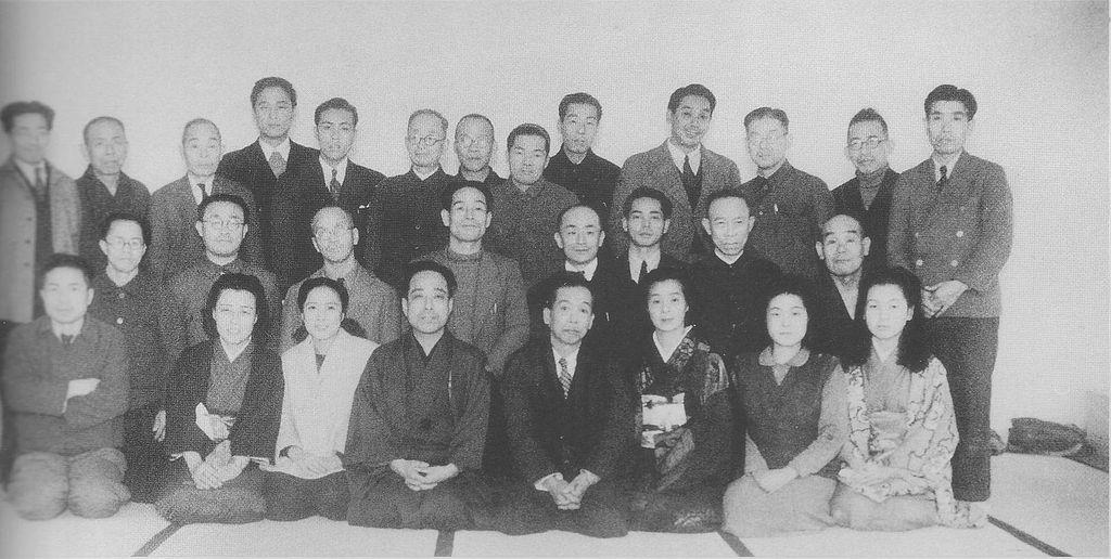 結成当時の松竹新喜劇のメンバー。後列左から5人目が寛美 Wikipediaより