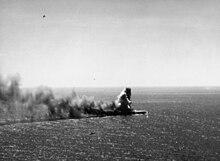 Large colonne et trainée de fumée s'élevant d'un navire, vu du ciel