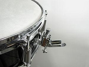 English: Snare drum strainer, used to enable o...