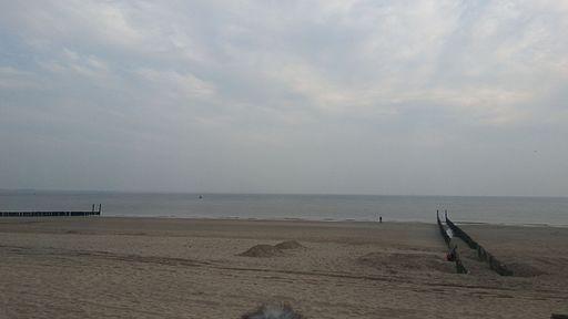 Strand Dishoek bewolkte dag in mei