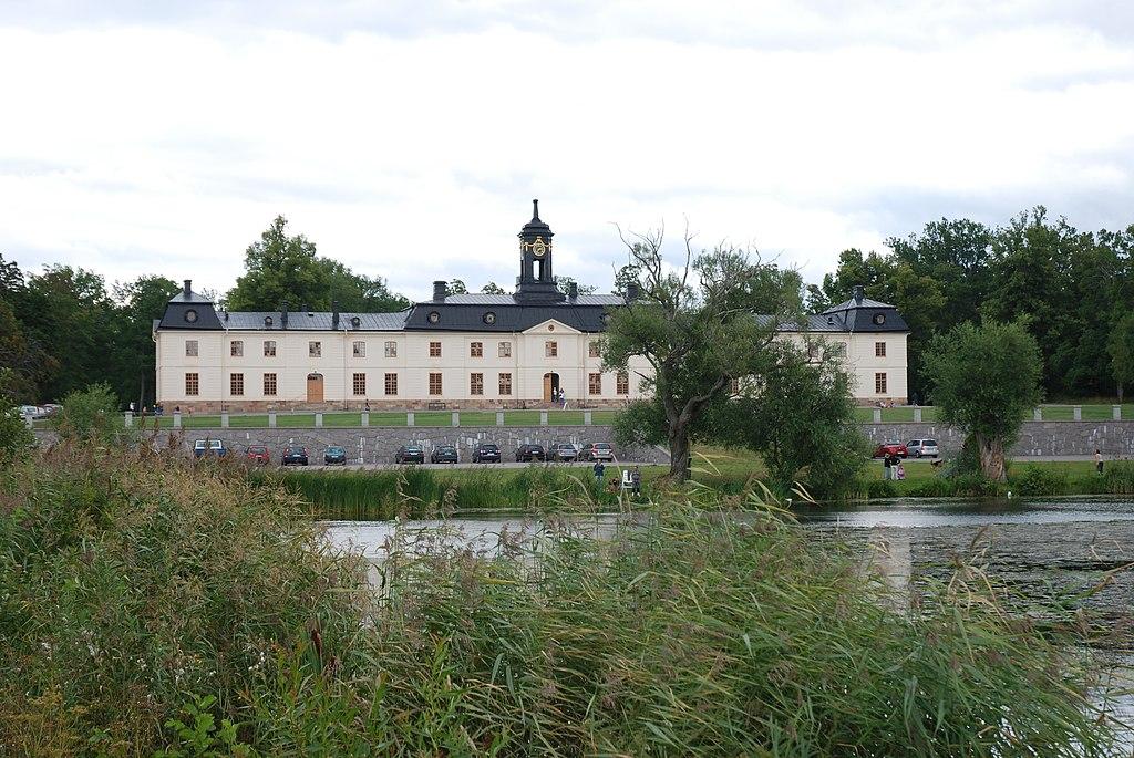 Svartsjö slott västerfasad 05.jpg