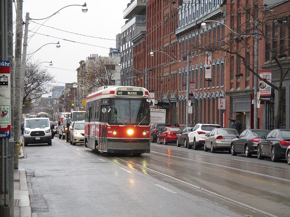 TTC streetcar on Queen, 2015 12 01 -e (23097966629)