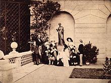 Die königliche Familie auf der Terrasse von Osborne House (Quelle: Wikimedia)