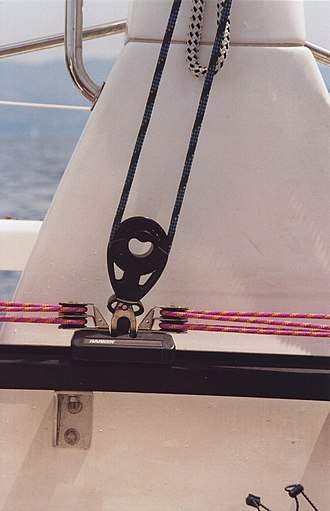 Mechanical traveller - Traveller of a Bavaria 42 Match. The rose line is used to move the block horizontally by means of a pulley, the blue main sheet leads to the boom.