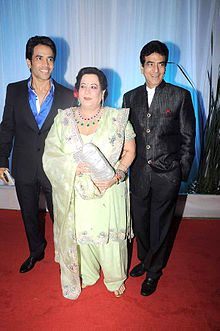 Tusshar Kapoor, Shobha Kapoor, Jeetendra at Esha Deol's wedding reception 03.jpg