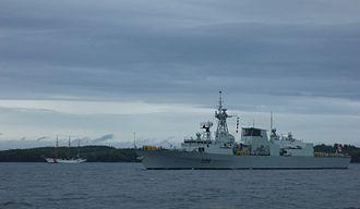 HMCS Montréal (FFH 336) - Image: USCGC Eagle & HMCS Montréal