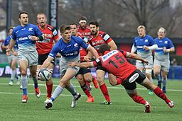USO - Saracens - 20151213 - Owen Farrell passes the ball before the tackle by Quentin Etienne Lecoq