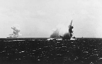 Japanese submarine I-19 - Image: USS O'Brien (DD 415) being torpedoed on 15 September 1942 (80 G 457818)