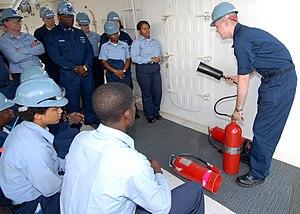 न्यूपोर्ट News, Va  (7 अगस्त 2008) यूनिट जॉर्ज H.W. पूर्व कमिशनिंग  बुश (77 CVN) नुकसान Controlman फायरमैन ब्राइस Barnhill एक बुनियादी क्षति को नियंत्रित वर्ग के दौरान एक CO2 आग बुझाने की कल उपयोग करने के लिए उचित तकनीकों को दर्शाता है.  नाविकों बुनियादी के लिए एक आपात की स्थिति में आग से लड़ने में प्रयुक्त कौशल सिखाया जाता है.  (जनसंचार विशेषज्ञ सीमैन निकोलस हॉल द्वारा अमेरिकी नौसेना फोटो / विमोचन)
