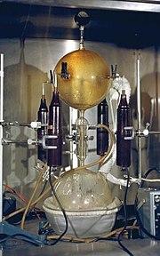 Thí nghiệm Miller-Urey nhằm tái tạo điều kiện tự nhiên của Trái Đất vào thời nguyên thủy nhằm tìm sự sống trong phòng thí nghiệm