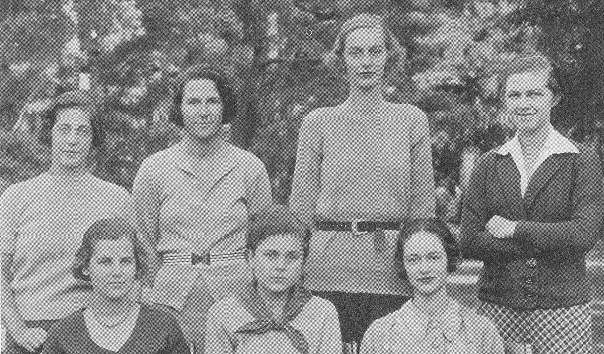 Bishop (abajo en el centro) en 1934 con compañeras del anuario de Vassar, el Vassarion, del que fue redactora jefa