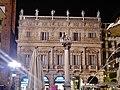 Verona Piazza delle Erbe Palazzo Maffei bei Nacht 2.jpg