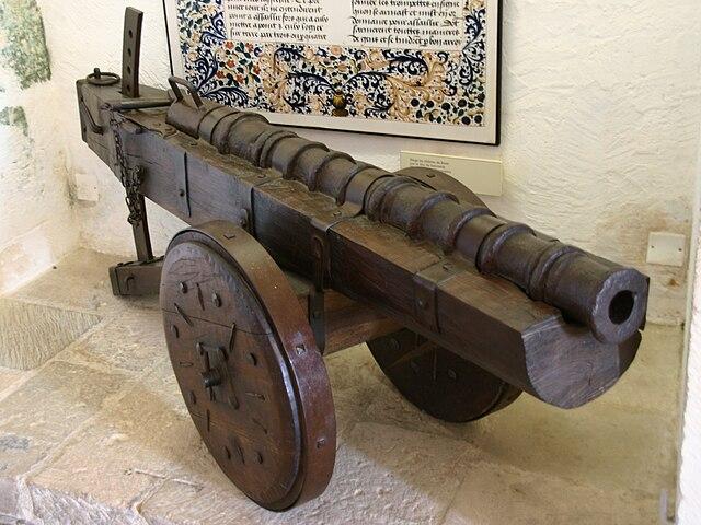Фоглер XV века на колёсном лафете на выставке в одном из французских замков. Полевые пушки 1-й половины XV века зачастую имели ещё более примитивную конструкцию лафета, как показано выше. «Бургундский лафет» с люлькой и двумя дугами появится позже - Артиллерийская революция | Военно-исторический портал Warspot.ru