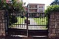 Villa dove abitava hoxha, tirana 04 cancello.JPG
