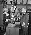 Wereldtabakscongres. Indiase man kijkt in een schaal hem aangeboden door een man, Bestanddeelnr 904-7675.jpg