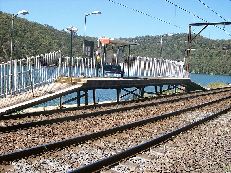 how to go to gosford station from wamberal