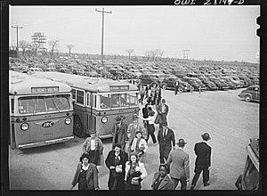 International Railway (New York–Ontario) - Workers arriving on IRC buses, 1943