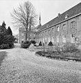 Zuidgevel richting het westen en zicht op de dakruiter van de kapel - Deursen-Dennenburg - 20335588 - RCE.jpg
