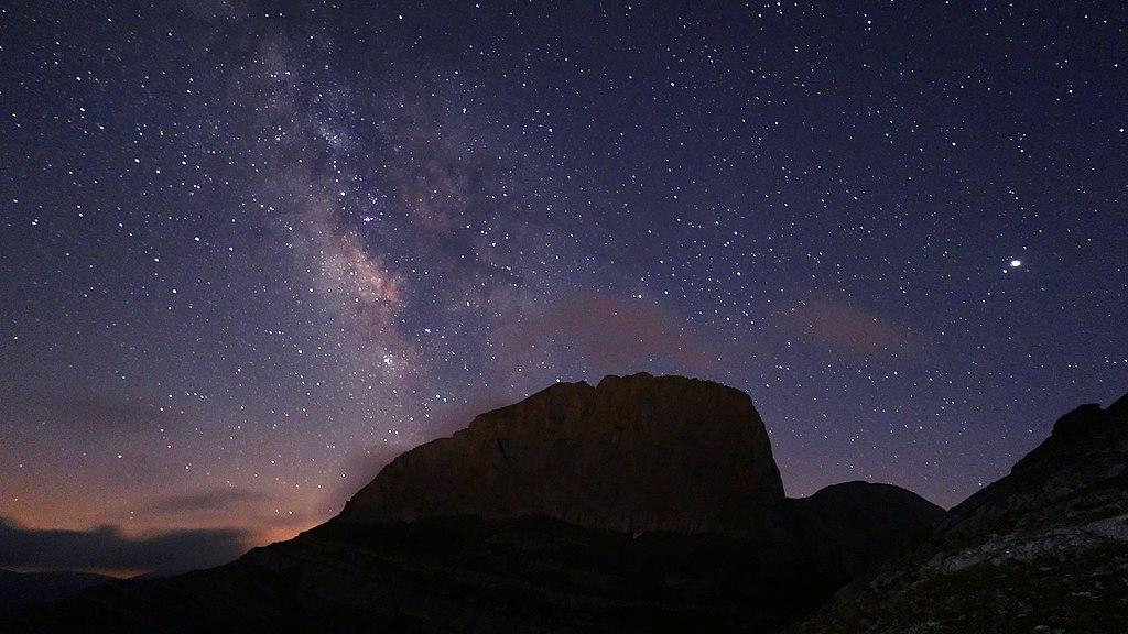 UNESCO-Biosphärenreservat Olymp-Gebirge: der Berg Stefani (2909 m; Zeusthron) bei Nacht mit Sternenhimmel.ΣΤΕΦΑΝΙ ΟΛΥΜΠΟΥ