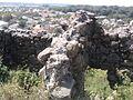 Стіни середньовічного замку місцеве населення розібрало на будівництво своїх будинків.jpg