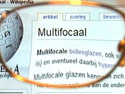 15b02e47024444 Beeld door een multifocaal brillenglas op enige afstand. Bij normaal  gebruik zit het glas veel dichter bij het oog