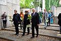 2013-09-15 Gedenktafel Neue Synagoge Hannover (17) vorne v.l. OB-Kandidat Lothar Schliekau (Bündnis 90 Die Grünen), Sabine Tegtmeyer-Dette, OB-Kandidat Matthias Waldraff (CDU), dahinter u.a. Edelgard Bulmahn (MdB, SPD).JPG