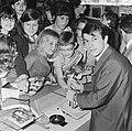 Adamo in Rotterdam, Belgische zanger in grammofoonplatenzaak deelt hij handteken, Bestanddeelnr 916-4503.jpg