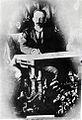 Ampliación aislada de la figura de José Martí de foto en grupo con miembros del Consejo de Kingston, 1892.jpg