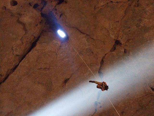 Speleológ pri zostupe do jaskyne