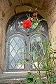 Außenfenster mit Rose Johanneskirche in Frömern.jpg