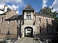Bisschoppenhof (poortgebouw 16de eeuw) - panoramio.jpg