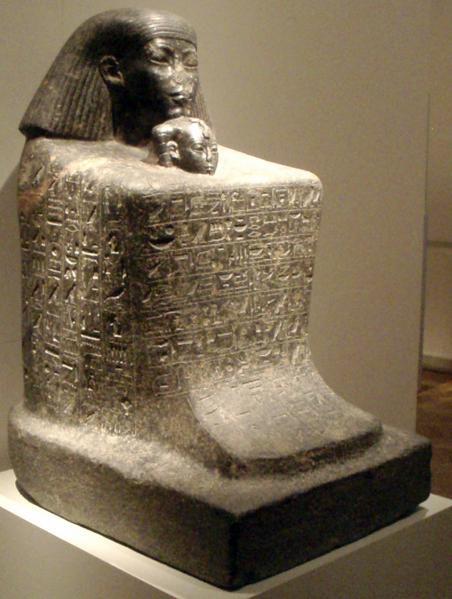 Archivo:BlockStatueOfSenenmut AltesMuseum.png