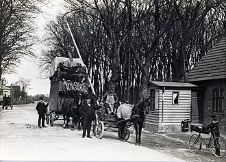 Lyngby Kongevej - The boom gate at Emdrup Lake on 31 May 1915, one day before the fee for use of the road was abolished