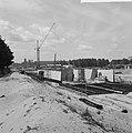 Bouw IJtunnel, overzicht werkzaamheden in het bouwdok in Tuindorp Oostzaan, Bestanddeelnr 916-6063.jpg