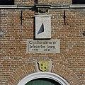 Boven ingang een gevelsteen met tekst anno 1633 - Uitgeest - 20396845 - RCE.jpg