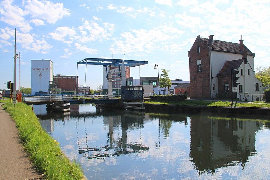 Brugwachtershuis bij brug 1 over het kanaal Dessel-Turnhout-Schoten; de verlenging Turnhout-Schoten, die hier net voorbij de Oude Kaai begint, dateert van 1863 . De oude, in 1940 gedynamiteerde draaibruggen, werden na de oorlog vervangen door ophaalbruggen.