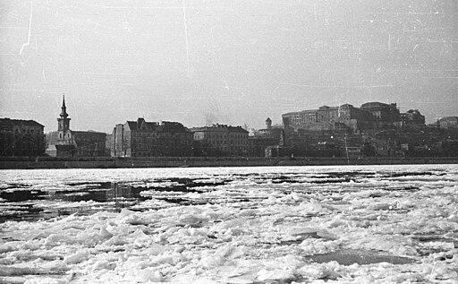 Budapest, a zajló Duna. Túlparton a Döbrentei tér és a Várkert (Groza Péter) rakpart épületei és a Királyi Palota. Fortepan 51246