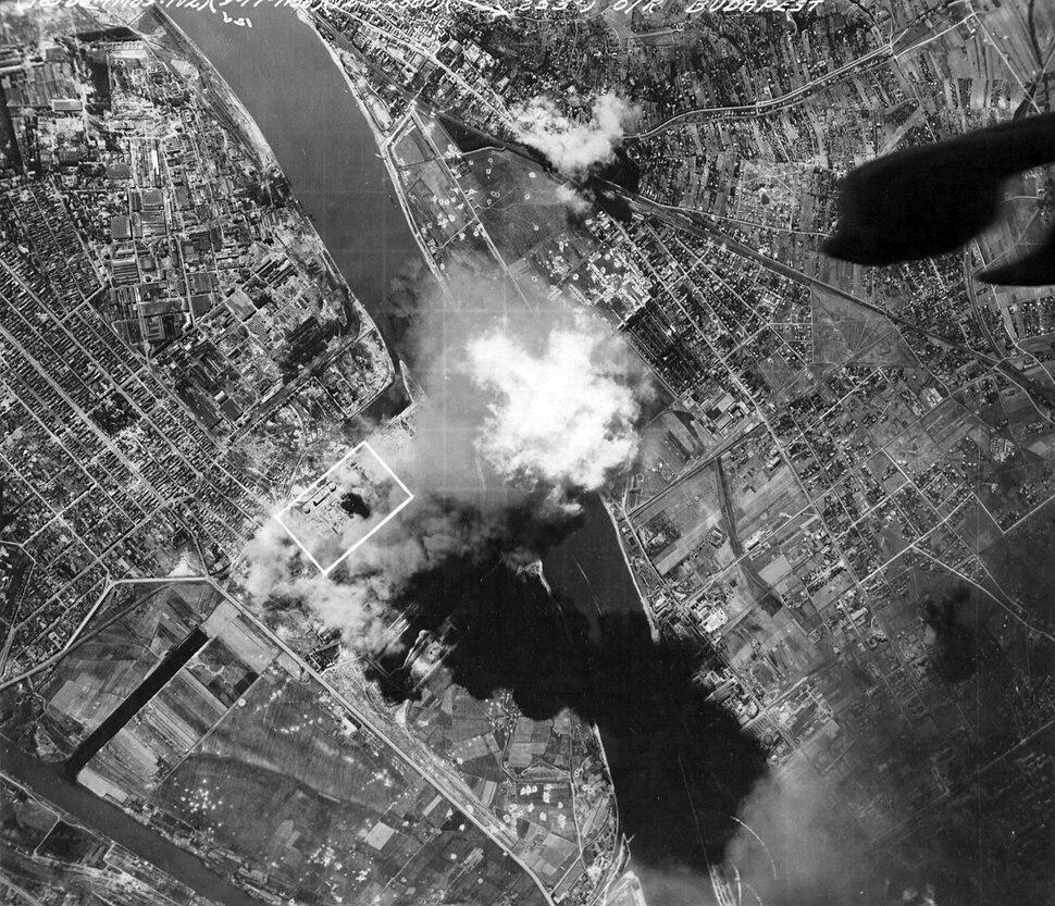 Budapest a Csepeli szabadkikötő bombázása. Fortepan 15898