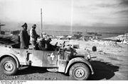 Bundesarchiv Bild 101I-785-0299-22A, Tobruk, Rommel und Bayerlein, Hafen