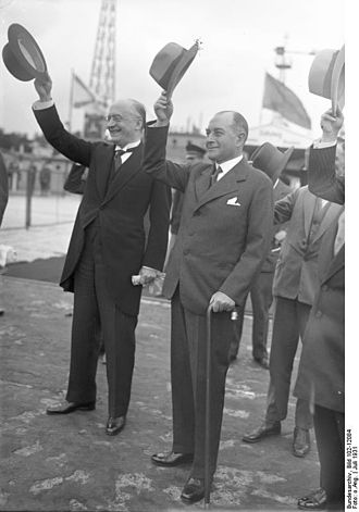 Heinrich Brüning - Chancellor Brüning (left) and Foreign Minister Julius Curtius (right) saying good-bye to British Prime Minister Ramsay MacDonald at Berlin Tempelhof Airport, July 1931